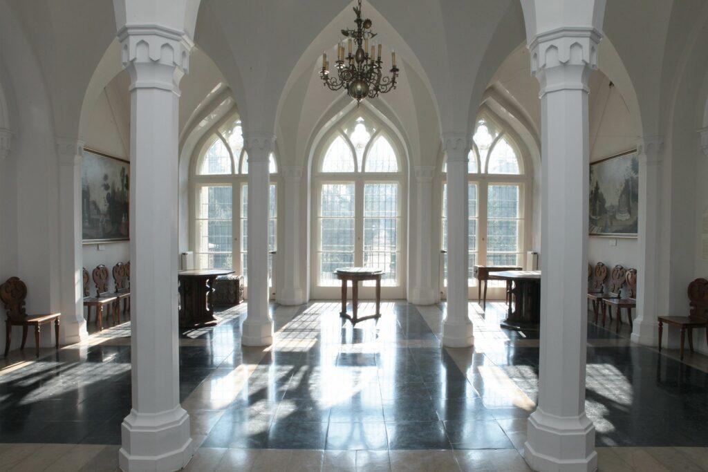 Wnętrze prostokątne o kryształowym sklepieniu wsparte na  czterech ośmiobocznych filarach. Spełniało ono funkcję hallu, po  przebudowie w 1873 urządzono w nim salon. Cementową podłogę, którą  pierwotnie planowano pokryć posadzką ceramiczną, pomalowano czarną farbą  i stąd przyjęła się nazwa Czarnej Sali. Obecnie jest pokryta  biało-czarnym marmurem. Wyposażenie sali tworzą meble wykonane przez miejscowych stolarzy – stoły i zydle z połowy XIX w. Koło wyjścia na taras stoi stolik z pompejańską mozaiką z  I w. n.e. przedstawiającą psa strzegącego domostwa (cave canem, czyli  strzeż się psa) umieszczaną w przedsionkach antycznych domów rzymskich.Przy oknie wiszą dwa efektowne obrazy – sceny parkowe z 2. połowy XVIII w. Na jednej z nich przedstawiono osiemnastowieczny widok Kórnika i Bnina. W głębi sali wiszą dwa owalne wizerunki: księcia Władysława Czartoryskiego (1828-1894), szwagra Jana Działyńskiego i wojewody chełmińskiego Jana Działyńskiego (1590-1648) z 2. ćwierci XVIII w.