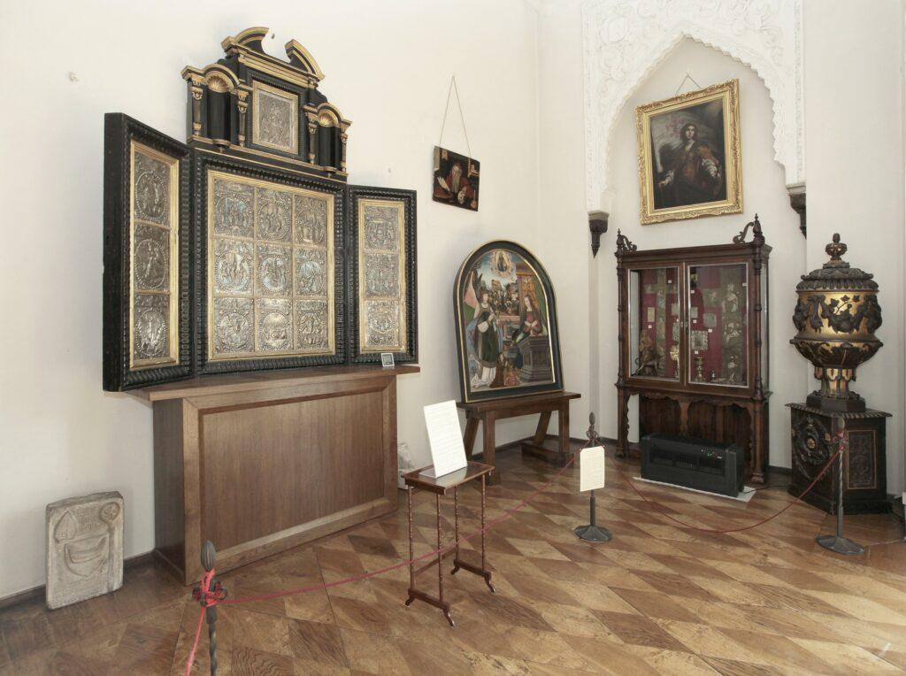 W najdalszej części sali, przykrytej sklepieniem gwiaździstym zgromadzone są zabytki sztuki kościelnej. Najcenniejszy wśród nich jest unikalny srebrny ołtarz w  formie tryptyku z 16 płycinami przedstawiającymi tajemnice różańcowe i  Matkę Boską Różańcową ze śś. Dominikiem i Katarzyną Sieneńską. Reliefy  zalicza się do wybitnych polskich dzieł złotniczych powstałych w 1.  ćwierci XVII w. We wnęce z prawej strony stoi XIX-wieczny drewniany ołtarz maryjny, wykonany z użyciem rzeźb pochodzących z Antwerpii z XV/XVI w. W gablocie stojącej naprzeciw znajdują się m.in.: dyptyk z kości słoniowej ze scenami Koronacji Matki Boskiej i Pokłonem Trzech Króli (Francja 3 ćwierć XIV w.), haftowane preteksty z ornatów z XV i XVI w. oraz późnogotycki kielich z początku XVI w.