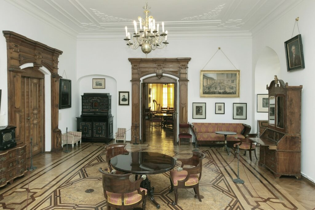 W miejscu tym w zamku barokowym znajdował się duży apartament z  wydzieloną alkową, prawdopodobnie zamieszkały przez ówczesną  właścicielkę Kórnika Teofilę z Działyńskich Szołdrską-Potulicką. W XIX  w. przebudowano to pomieszczenie, ale było ono nadal apartamentem pani  domu, mieszkała w nim żona Tytusa Działyńskiego Celestyna z  Zamoyskich (1804-1893), a potem córka Jadwiga (1831-1923), żona gen.  Władysława Zamoyskiego, matka ostatniego właściciela zamku.  Pomieszczenie to jest umeblowane zabytkowymi sprzętami. Stoją tu: z lewej strony hebanowy kabinet holenderski obłożony  szyldkretem i kością słoniową z 2 połowy XVII w., obok mebelki  dziecięce z końca XVIII w. Między oknami znajduje się orzechowy sekretarzyk angielski z początku XVIII w., a po bokach kominka późnobarokowe komody. W głębi pokoju stoi jedna z najpiękniejszych barokowych szaf gdańskich, ozdobiona bogatą snycerką z przedstawieniem pór roku. Ozdobą wnętrza jest komplet mahoniowych mebli empirowych: łóżko (za parawanem), kanapa i fotele.