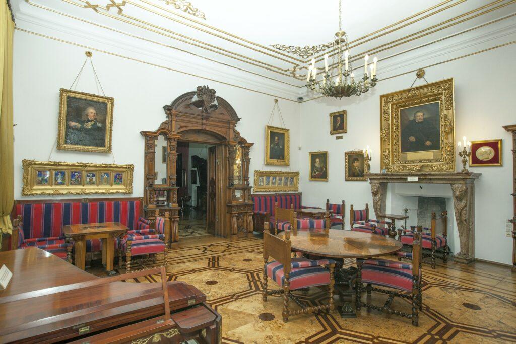 Wnętrze ozdabiają portrety rodzinne, m. in. dwa wizerunki Tytusa  Działyńskiego: na lewo od wejścia z czasów powstania listopadowego oraz  nad kominkiem późniejszy, w bogatej złoconej ramie, malowany przez  znanego malarza Leona Kaplińskiego (1826-1873).
