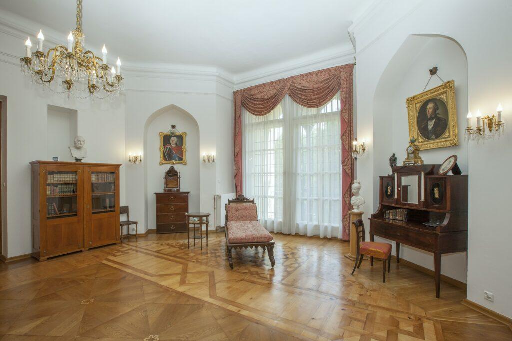 Po prawej stronie mieści się część apartamentu, która pełniła funkcje  gabinetu i buduaru. Znajdują się tu klasycystyczne meble z początku XIX  w. – biblioteczka oraz szyfoniera w lewej niszy, biurko z krzesłem i  sekretarzyk w prawej niszy.Na szyfonierze stoi francuski brązowy zegar z płytkami porcelanowymi, a  na biblioteczce marmurowe popiersie Homera. Przy oknie znajduje się  bogato rzeźbiony, dębowy szezlong służący do odpoczynku. W niszach  wiszą portrety – w lewej Augustyna Działyńskiego z 1753 r., dziadka Tytusa Działyńskiego, w złoconej ramie z Orderem Orła Białego, a w prawej generała ziem podolskich Adama Kazimierza Czartoryskiego (1734-1823), dziadka Celiny Działyńskiej .