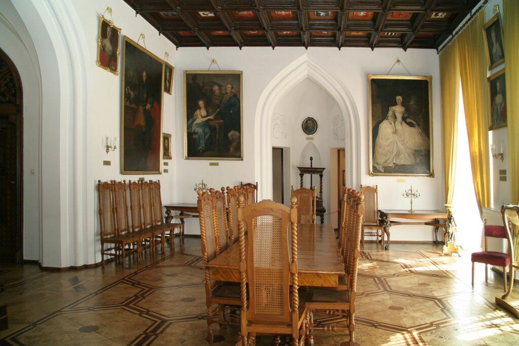 Po prawej stronie niszy wisi namalowany w ok. 1754 r. portret kuzynki  Augustyna – Teofili z Działyńskich Szołdrskiej-Potulickiej (1714-1790),  niezwykle zasłużoną dla Kórnika i Bnina, popularnie zwanej Białą Damą.  Według miejscowej tradycji głęboką nocą ożywa ona i wizytuje swoje  dawne, rozlegle majątki.