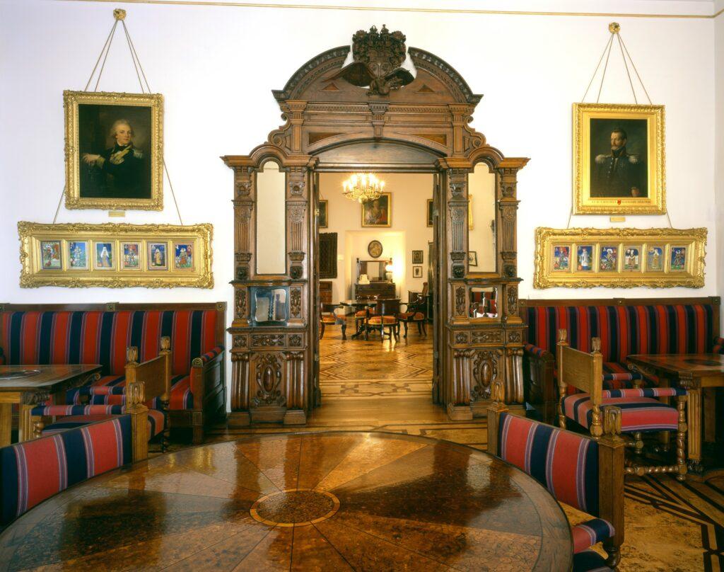 Nad kanapami wiszą oprawione w dwie złocone ramy kopie miniatur Stanisława Samostrzelnika (ok.  1485-1541), przedstawiające członków znanej rodziny Szydłowieckich,  wykonane według oryginałów do dziś przechowywanych w Bibliotece  Kórnickiej.