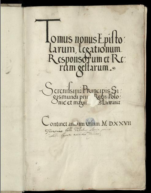 Karta rękopisu zapisana w jednej kolumnie  z napisem  Tomus Nonus Epistolarum, Legationum, Responsorum et  Rerum Gestarum Serenissimi Principis Sigismundi Primi Regis Poloniae et  Magni Ducis Litwaniae. Continet annum unum M.DXXVII.