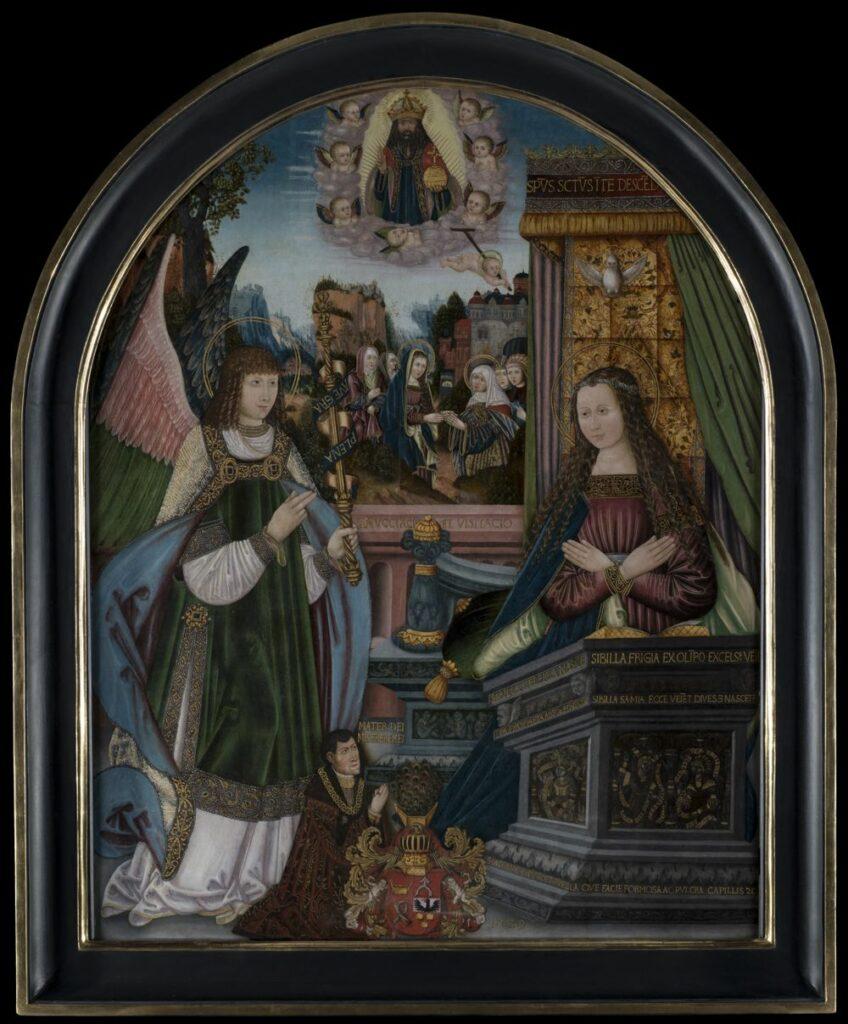 """Obraz ukazuje scenę Zwiastowania NMP przez archanioła Gabriela. Na pierwszym planie postać anioła i Maryi ukazanych na szerokim tarasie otwartym na krajobraz z dalszymi scenami. Maryja, młoda kobieta, ukazana w prawej części pola obrazowego, za masywnym klęcznikiem, pod baldachimem wysokiego tronu. Postać zwrócona twarzą i sylwetką w trzech czwartych w lewo, ubrana w purpurową suknię z drapowanym stanikiem, spódnicą i wąskimi rękawami. Mankiety rękawów, niewielki, prostokątny dekolt i podstawa rękawa zdobione bordowymi pasami z wyszywanym złotym ornamentem roślinnym. Na ramionach błękitny płaszcz podbity na biało. Twarz rumiana, nos prosty, oczy brązowe, czoło wysokie. Włosy brązowe, spływające w puklach na ramiona. Na głowie ciemnozłoty wianek opleciony spiralnym pasem niebieskich pereł, zdobiony na przemian czerwonymi czteroliśćmi z zielonym polem i zielonymi czteroliśćmi z polem czerwonym. Wokół głowy złota, podwójna aureola. Przed postacią Marii masywny, szary klęcznik złożony z kilkustopniowej podstawy, u dołu zdobiony ornamentem roślinnym, w górnej części z inskrypcją, zwieńczonej pasem ornamentu przypominającym rozszerzony, liściasty kimation. Powyżej, na dwóch kolejnych uskokach partia środkowa z prostokątnymi płycinami, zamknięta od góry dwoma odwrotnymi uskokami. W zwieńczeniu u podstawy i w górnej partii dwa pasy inskrypcji, w części środkowej ornament roślinny z uskrzydlonymi główkami w narożach, przy pulpicie gzyms. Na nim otwarta księga ze złoconymi na rantach kartami, z widoczną okrągłą, perłową zakładką. W dolnej części klęcznika inskrypcja majuskułą: """"S · ACHIMICA ASCÊDET PUELLLA QUE FACIE FORMOSA AC PULCRA CAPILLIS ZC"""". W partii środkowej na płycinach wyobrażone en grisaille dwie sybille w płycinie poprzecznej względem osi obrazu i jedna w płycinie skośnej, ubrane w średniowieczne, złocone suknie, oplecione banderolami z inskrypcjami majuskułą; w płycinie bocznej: """"SIBILLA / ERITREA / IN ULTIMA ETA / E. HUMI / LIABIS / DEUS"""", w płycinie poprzecznej"""