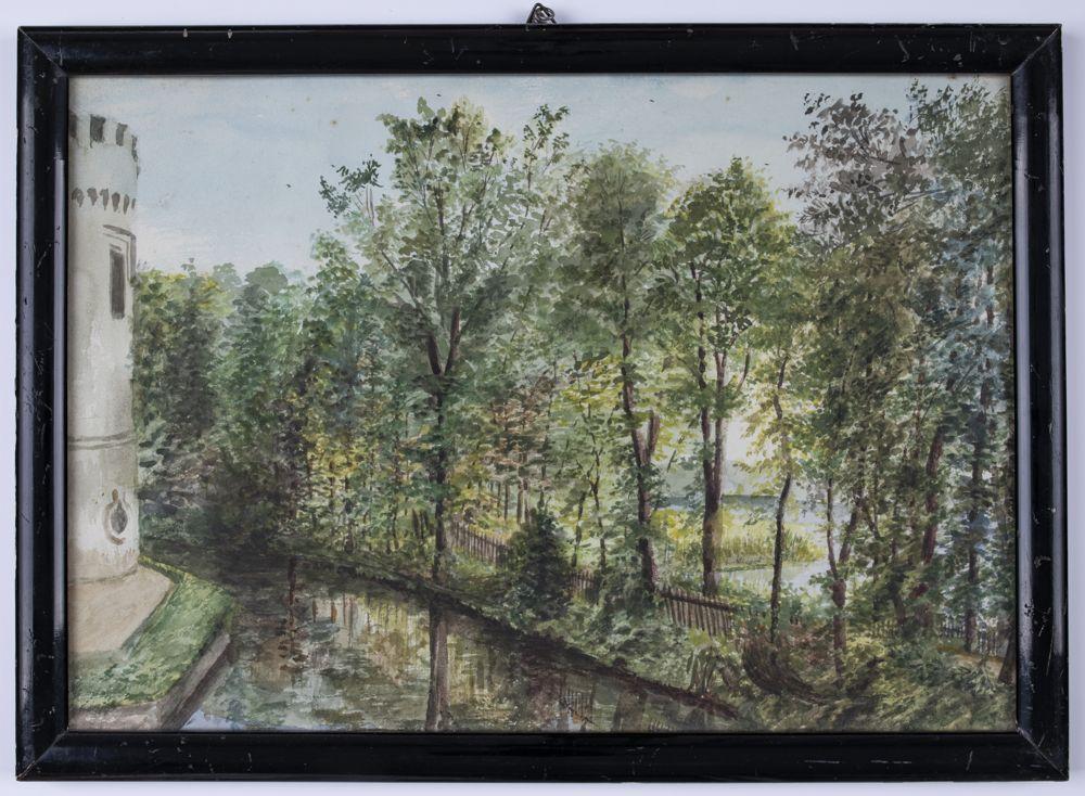Widok z okolic północnego przyczółka mostu przy zamku w Kórniku na fosę, park i fragment Jeziora Kórnickiego namalowany latem albo wczesną jesienią. Po lewej stronie widoczny fragment ośmiokątnej wyspy zamkowej, zabezpieczonej przed osunięciem ceglanym murkiem oporowym oraz fragment półokrągłej baszty zachodniej z okrągłym okienkiem w kondygnacji przyziemia i oknem od pokoju gościnnego na 1. piętrze. Baszta ukazana w uproszczeniu. Po prawej stronie – szosa łącząca miasteczka Kórnik i Bnin (dzisiejsza ul. Zamkowa), wijąca się pomiędzy fosą zamkową i parkiem, a jeziorem, obsadzona drzewami (jesiony i wierzby?). Brzeg fosy odgrodzony od szosy płotem drewnianym. Widoczny także fragment płotu odzielającego szosę od jeziora w rejonie oficyny zachodniej. Na dalszym planie, za drogą, widoczny półwysep obficie porośnięty trzciną, za nim jezioro i las na zachodnim jego brzegu.