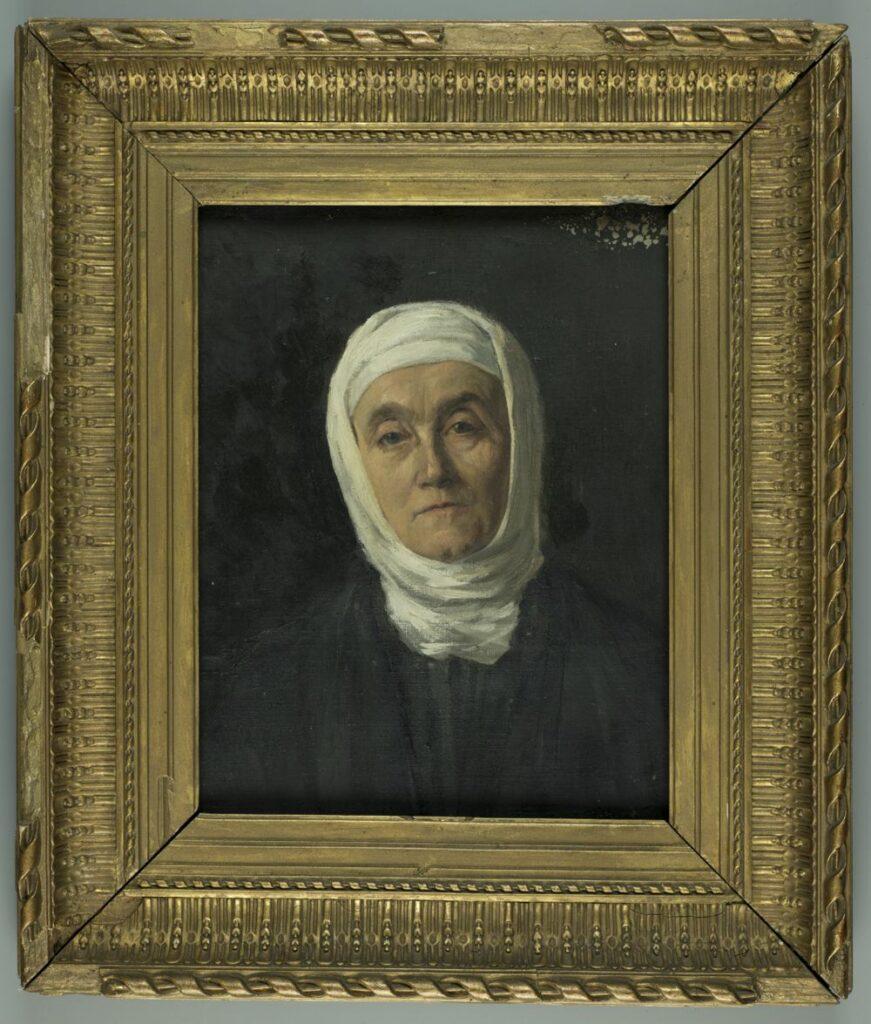 Popiersiowy portret kobiety w podeszłym wieku zwróconej twarzą i sylwetką na wprost. Kobieta ubrana w czarną suknię z nałożoną na nią czarną, niezapinaną szatą. Na przechylonej ku prawemu ramieniu głowie biały bandaż. Twarz o ziemistej cerze, oczy ciemne. Tło jednolicie czarne. Portret przedstawia Jadwigę Zamoyską z opatrunkiem po operacji trepanacji czaszki przeprowadzonej w 1890 r.