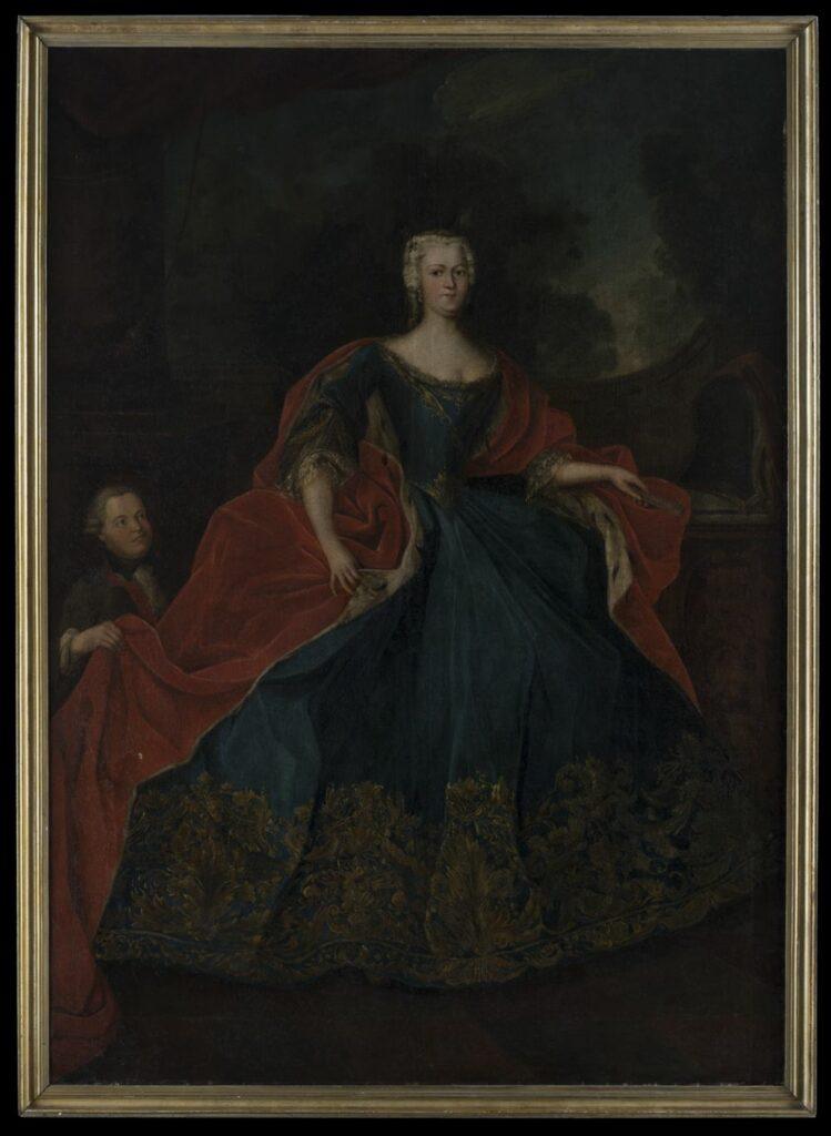 Pełnopostaciowy portret młodej kobiety zwróconej twarzą i sylwetką w trzech czwartych w prawo. Kobieta ubrana w sięgającą ziemi ciemnobłękitną suknię z wąskim gorsetem zwężającym się ku talii i silnie rozkloszowaną, marszczoną spódnicą. Stanik z owalnym dekoltem obszytym złotą koronką, dekorowany klinowo schodzącym, złotym ornamentem roślinnym ze złotą aplikacją w trójkątnym polu. W dolnej części stanika klinowo schodzący w dół fartuszek zdobiony stylizowanym liściem akantu ujętym w ornamenty roślinne. Rękawy sukni sięgające przedramion, rozszerzające się ku dołowi, z klinowymi rozcięciami sięgającymi ponad łokieć, obszytymi ornamentami roślinnymi. Pod rękawem sukni widoczny koronkowy, nieco dłuższy, biało-złoty rękaw koszuli spodniej. Spódnica dołem obszyta złotymi ornamentami roślinnymi, na przemian liśćmi akantu ujętymi w ornamenty roślinne i girlandami, z lamówką dekorowaną stylizowanymi liśćmi akantu. Na ramiona kobiety zarzucony czerwony, obszerny płaszcz podbity futrem sobolowym, spływający na plecy i na lewą część sukni, z prawej strony częściowo złożony na stojącej obok toaletce, z lewej podtrzymywany przez służącego. Twarz kobiety rumiana, oczy brązowe, na głowie biała peruka z czarną, ozdobną sprzączką nad prawą skronią, w uszach perłowe kolczyki. Prawa ręka opuszczona, przytrzymująca w dwóch palcach dłoni połę płaszcza, lewa oparta o blat toaletki, trzymająca złożony, różowy wachlarz. W lewej części pola obrazowego służący, karzeł w średnim wieku zwrócony twarzą i sylwetką w trzech czwartych w prawo. Mężczyzna ujęty w widoku popiersiowym, ubrany w białą koszulę z żabotem, z podwiniętymi rękawami oraz brązowy frak z czerwonym podbiciem, z rękawami sięgającymi nad rękawy koszuli, za łokcie. Na szyi czarny kołnierzyk. Twarz rumiana, nalana, oczy ciemne, zwrócone na panią, na głowie siwa peruka z papilotami nad uchem. Za mężczyzną wysoki, sięgający ponad jego głowę postument pod kolumnę stojącą na bazie, częściowo przesłoniętą podwiązaną w górnej części pola