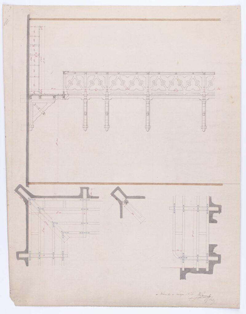 """Projekt galerii – antresoli w sali bibliotecznej w oficynie zachodniej przy zamku w Kórniku. Zawiera 4 rysunki: widok frontalny fragmentu narożnego galerii drewnianej, wspartej na wspornikach (konsolach) osadzonych w ścianie, z balustradą w trójliście wraz z przekrojem poprzecznym przez galerię i stojący na niej regał do książek o zróżnicowanej wysokości 6 półek; Wysokość od podłogi sali do podłogi galerii 324,5 cm, od podłogi galerii do regału 251 cm; trzy rzuty poziome ukazujące konstrukcję galerii z belek drewnianych zespojonych metalowymi \""""blaszkami\"""" i sposób osadzenia trójkątnych wsporników i belek w ścianie i w narożnikach. Skala: 324,5 cm = 16,4 cm."""