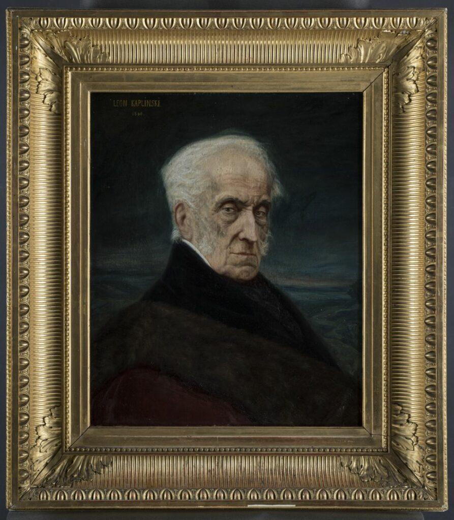 Popiersiowy portret mężczyzny w podeszłym wieku zwróconego twarzą i sylwetką w trzech czwartych w prawo. Mężczyzna ubrany w czarny surdut, z czarną chustką w dekolcie, przewiązaną wokół białego kołnierzyka ze stójką. Na prawym ramieniu zawieszony bordowy płaszcz z brązowym, futrzanym kołnierzem. Twarz pomarszczona o żółtawym odcieniu z siwymi bokobrodami, nos długi, z niewielkim garbem, usta wąskie, brwi ciemne, oczy niebieskie. Głowa nad czołem łyska, bo bokach siwe włosy zaczesane na łysinę. W tle ciemnogranatowa równina z zarysem rzeki po prawej, z horyzontem położonym wyżej w lewej części pola obrazowego. Ponad horyzontem jasnoszary pas nieba przechodzący do szaro-niebieskiego, ciemniejący do granatu i czerni ku górnej krawędzi pola obrazowego.