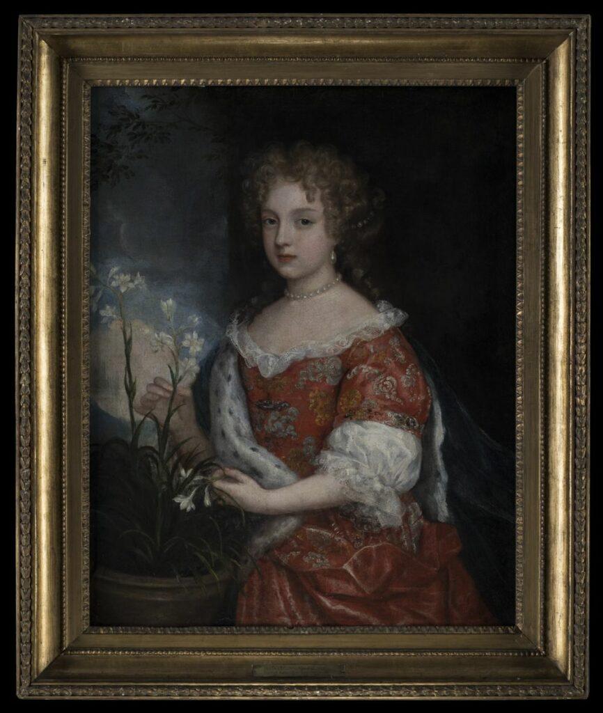 Półpostaciowy portret stojący dziewczynki zwróconej twarzą i sylwetką w trzech czwartych w lewo. Dziewczynka ubrana w czerwoną suknię z półowalnym dekoltem obszytym koronkową falbanką. Suknia z rozkloszowaną spódnicą, zdobiona srebrnymi i złotymi ornamentami roślinnymi z szerokimi rękawami sięgającymi przedramienia, od połowy długości białymi, zakończonymi mankietami z koronkową falbanką. Na prawym ramieniu zawieszony granatowy płaszcz podbity futrem gronostajowym, przełożony przez zagięcie prawej ręki, opadający za plecami ku prawej krawędzi pola obrazowego. Na szyi sznur białych korali. Twarz rumiana, usta czerwone, nos prosty, oczy niebieskie. W uchu perłowy owalny kolczyk. Na głowie kędzierzawe włosy koloru blond, z puklami opadającymi na skronie i luźnym kokiem przewiązanym nad karkiem perłową przepaską. Przy dziewczynce, w lewym dolnym narożu pola obrazowego brązowa donica wypełniona zielonymi, wąskimi liśćmi, ponad które wyrastają dwie łodygi, każda z kilkoma białymi, sześciopłatkowymi kwiatami z żółtymi pręcikami. Prawa ręka dziewczynki trzymająca w palcach łodygę jednego z kwiatów, w lewej, przy podołku trzymany kwiat zerwany. W tle na osi obrazu i prawej części pola obrazowego czarna ściana, po lewej, ponad donicą prostokątny otwór okienny, w którym widoczne błękitne niebo, zasnute u dołu białymi, w górnej części pola obrazowego ciemnoszarymi chmurami. Na tle szarych chmur przy górnej krawędzi pola obrazowego zielone gałęzie liściastego drzewa, rosnącego za oknem.