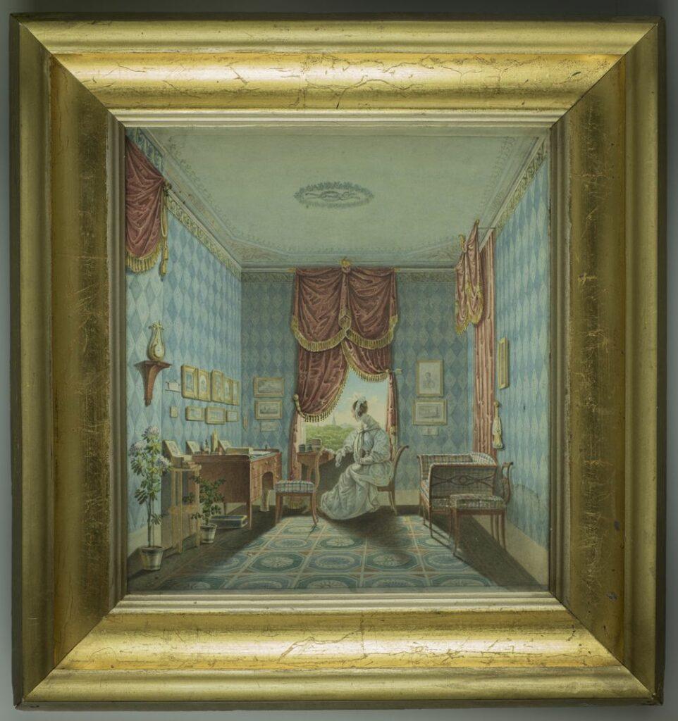Obraz przedstawia wnętrze pokoju w ujęciu perspektywicznym, zamkniętego ścianą okienną poprzeczną względem osi obrazu. Na ścianach pokoju tapety w na przemian jasno i ciemnobłękitne pionowe pasy rombów. Pod sufitem malowane na żółto-błękitno krańce z motywem roślinnym. Na lewej ścianie przy krawędzi pola obrazowego podwieszona wysoko czerwona tkanina ze złotymi frędzlami i kutasami, w prawej części pola obrazowego, bliżej ściany okiennej czerwona, sięgająca ziemi tkanina, przed którą pod sufitem na karniszu podwieszona analogiczna do tkaniny na lewej ścianie tkanina z frędzlami i kutasami. W ścianie poprzecznej na osi prostokątny otwór okienny zakryty od połowy wysokości podwójną, czerwoną zasłoną ze złotymi frędzlami; niżej podwiązane po bokach kotary, powyżej kotara wiązana pośrodku, podwieszona na złotym karniszu. Sufit z plafonem pośrodku dekorowanym wieńcem kwiatów oraz inicjałem, z wzorami ornamentalnymi obiegającymi ściany i naroża. Na podłodze kwadratowe, biało-niebiesko-żółte płytki z ośmiobocznymi, biało-niebieskimi wzorami, w których wzory geometryczne i rozety. Na osi obrazu kobieta siedząca na giętym krześle lewym profilem, oparta o parapet okienny, ubrana w długą, białą suknię, białą chustkę na ramionach oraz wiązaną pod brodą białą opaskę na brązowych, spiętych w kok włosach. Za oknem widok na gęsty las lub park, za którym w oddali widoczne wysoka wieża z iglicą oraz zarys miasta. Przy kobiecie po lewej pulpit z drewna, na którym stosik książek, niewielka skrzyneczka i koszyczek. Przy ścianie na lewo od okna drewniane biurko na cienkich nogach, z dostawionym do niego giętym krzesłem z białym obiciem w niebiesko-czerwoną kratę. Na biurku skrzyneczka, zegar, obrazki w ramkach oparte o ścianę i inne bibeloty. Pod biurkiem złoto-niebieski podnóżek. Nad biurkiem w dwóch rzędach zawieszone obrazy w złotych ramach; w górnym rzędzie pięć, w tym kilka portretów, w dolnym trzy, przedstawiające widoki architektoniczne. Na lewo od nich miniaturka oraz papierowy d